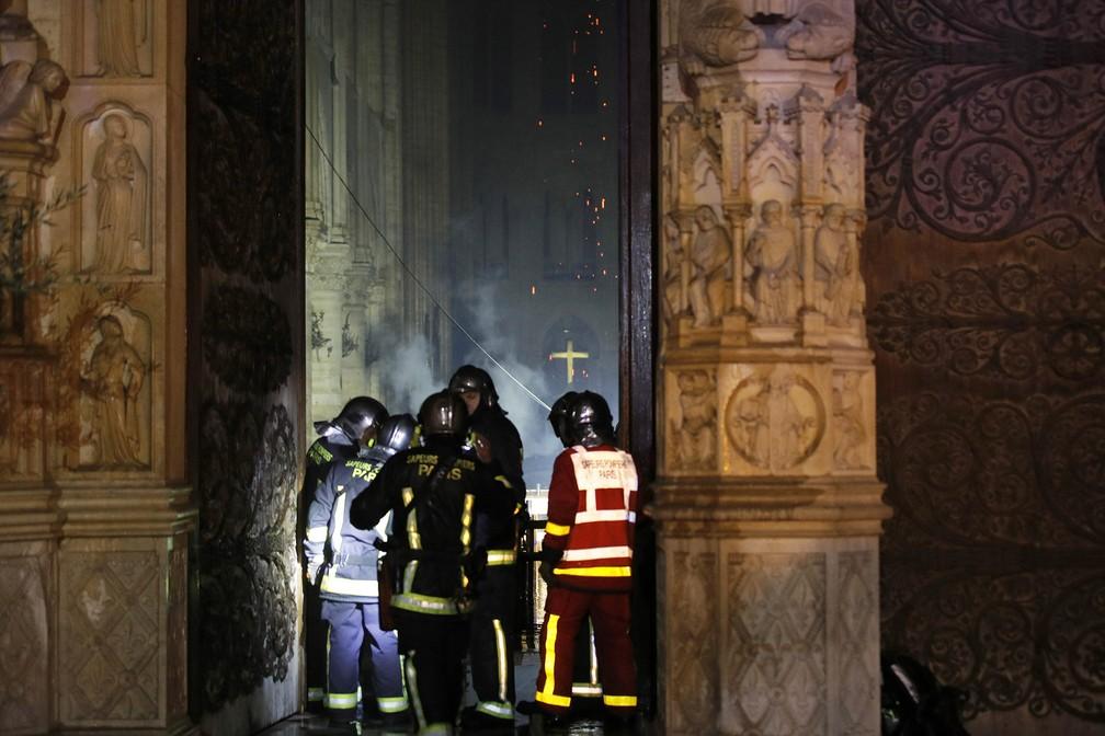 Bombeiros combatem incêndio na Catedral de Notre-Dame, em Paris — Foto: Philippe Wojazer/Reuters
