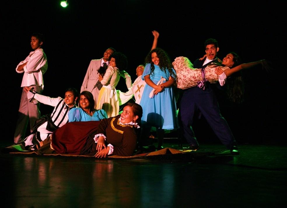 Idealizado por artistas brasilienses, o grupo teatral Cutucart surgiu em 2006. — Foto: Divulgação/Thiago Sabino