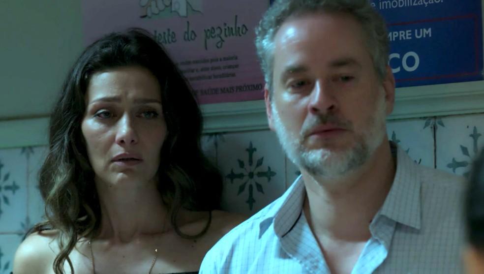 Em 'A Força do Querer', Joyce (Maria Fernanda Cândido) e Eugênio (Dan Stulbach) descobrem que Ivan (Carol Duarte) perdeu o bebê — Foto: Globo