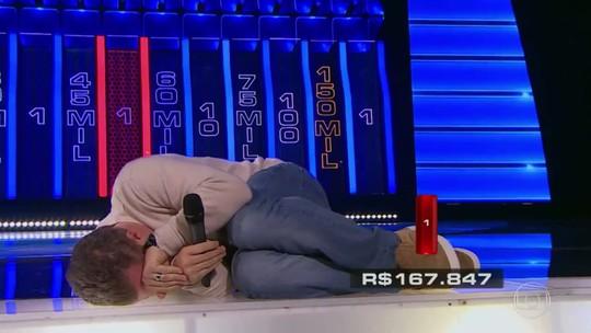 Luciano Huck imita tatu-bola ao comemorar resultado do 'The Wall'