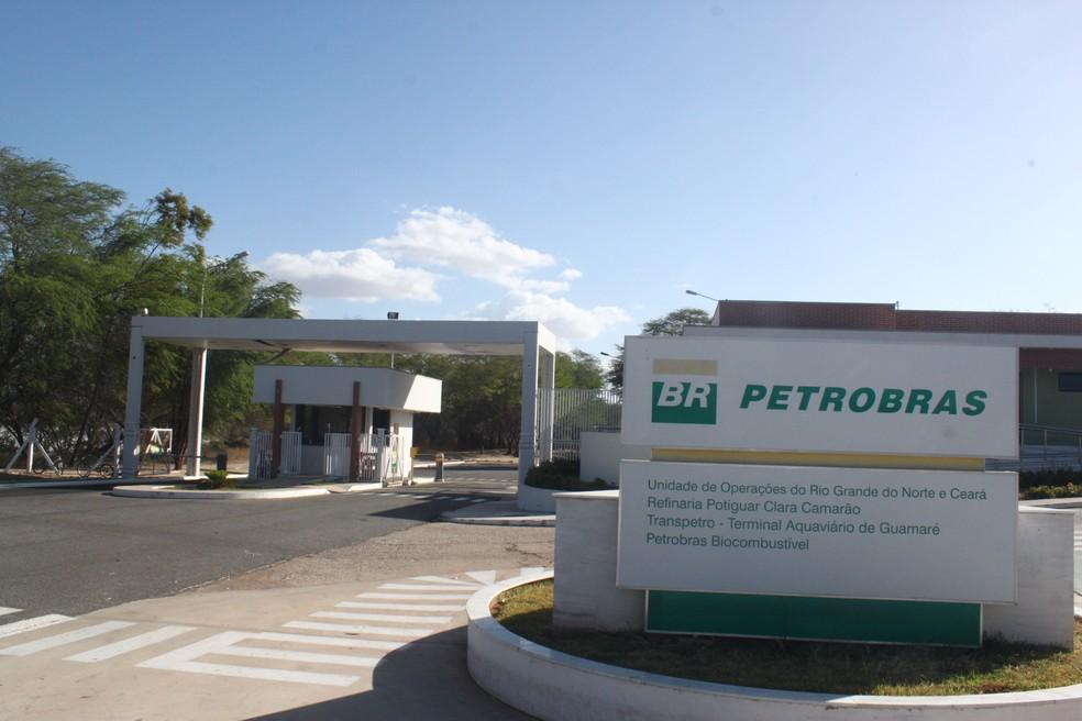 Entrada da Unidade de Operações da Petrobras em Guamaré, na Costa Branca potiguar — Foto: Igor Jácome/G1