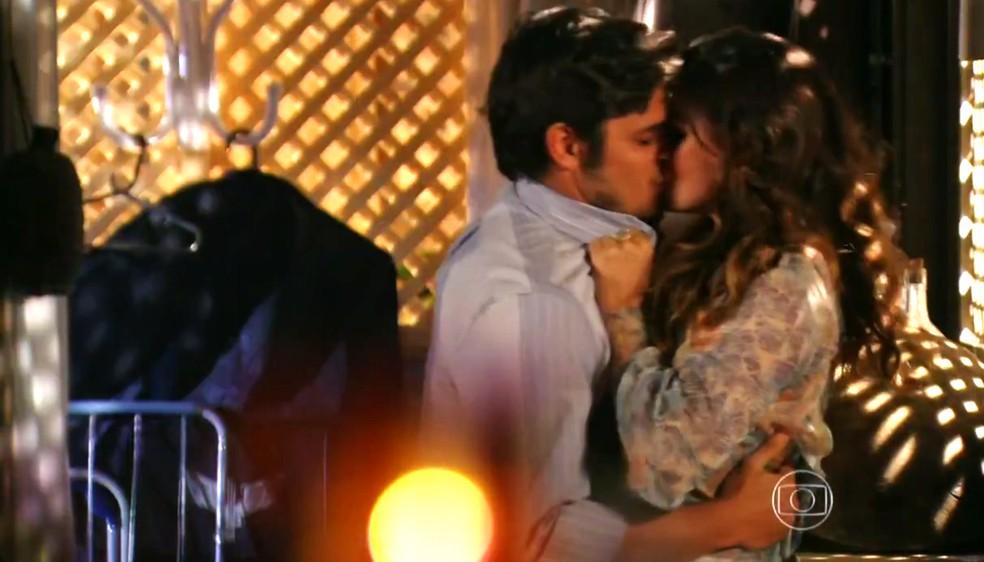 Natália (Daniela Escobar) embarca em beijo caliente com Juliano (Bruno Gissoni) - 'Flor do Caribe' — Foto: Globo