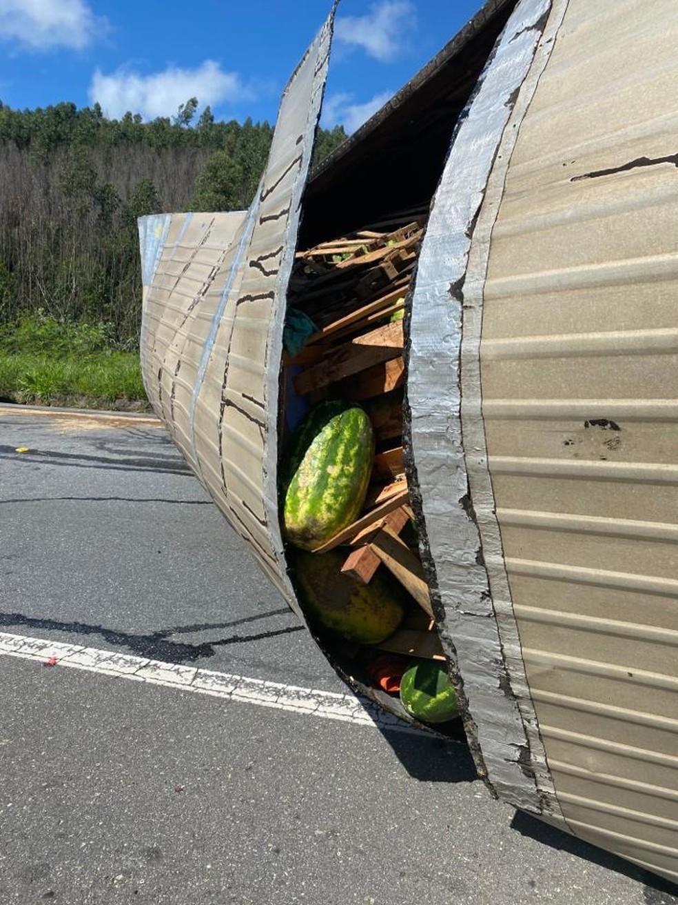 Caminhão estava carregado com melancias — Foto: Vanessa Vantine / TV Vanguarda