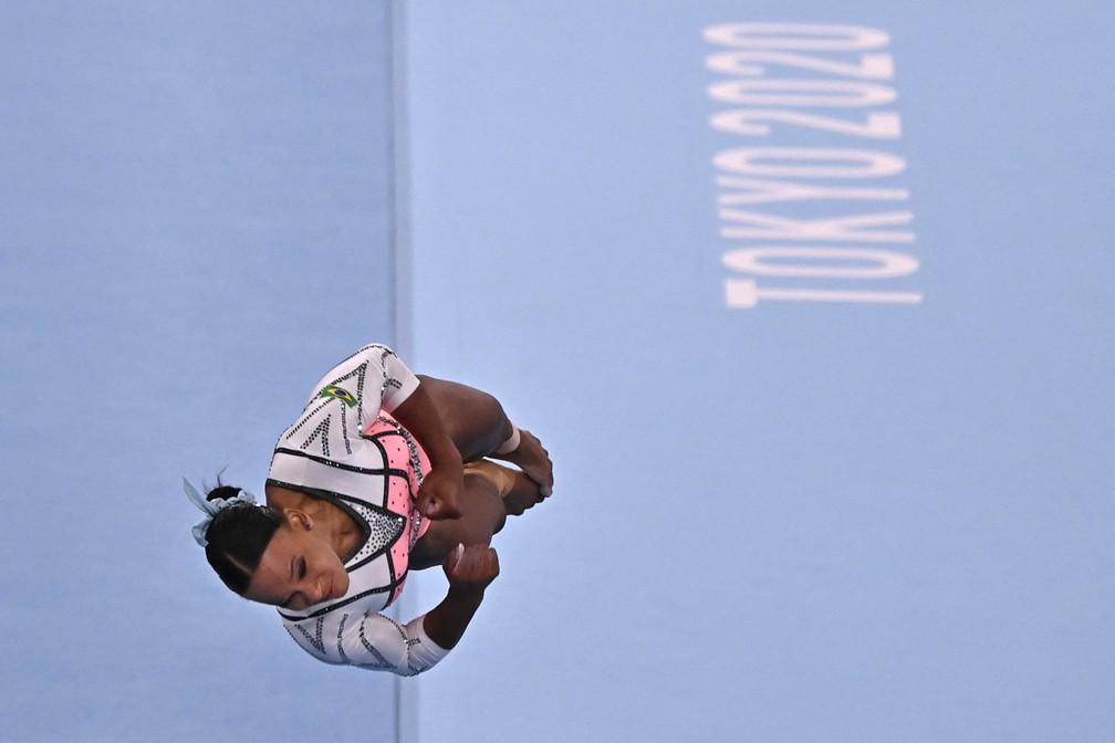Rebeca Andrade durante salto na Olimpíada de Tóquio; atleta foi ouro na disputa — Foto: Jeff Pachoud / AFP