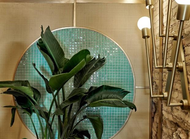Mosaicos, rafia e vegetação são misturados na decoração do restaurante (Foto: Luis Beltran/ Dezeen/ Reprodução)