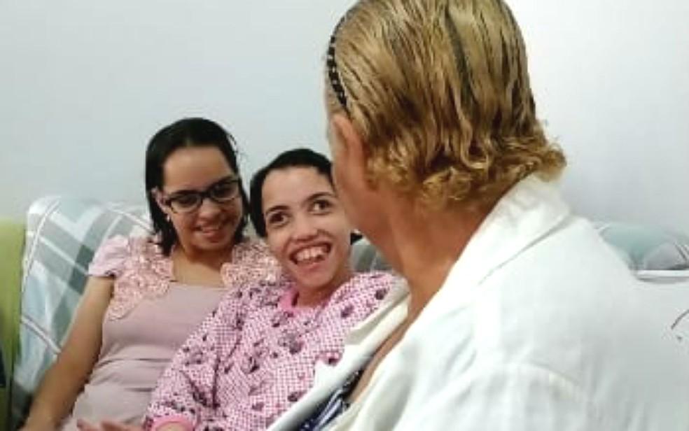 Linda Mar Miranda e as filhas Rebeca e Ester — Foto: Luiza Garonce/G1