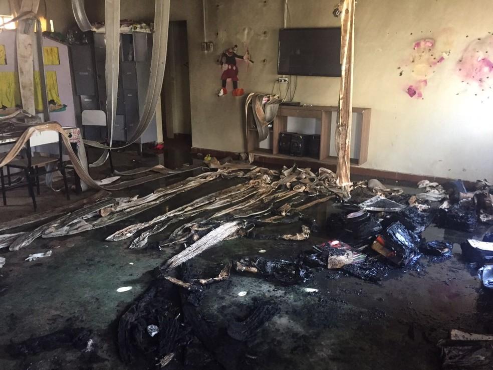 Sala de aula ficou destruída após o crime (Foto: Natália Jael/Inter TV Grande Minas)