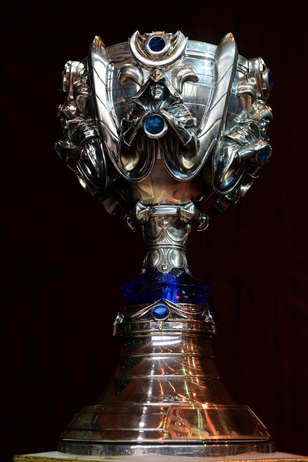 """Troféu do campeonato """"League of Legends"""" que vai ser disputado neste domingo (8), em Paris — Foto: Johanna Geron/Reuters"""