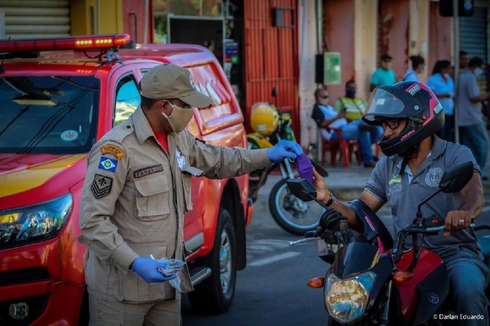 Bombeiros distribuíram máscaras no Centro de Cuiabá para evitar contágio do coronavírus — Foto: Corpo de Bombeiros de Mato Grosso