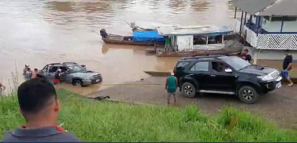 Carro foi retirado do rio com ajuda de pessoas que estavam no local e um carro — Foto: Reprodução/Linnyki Fernandes