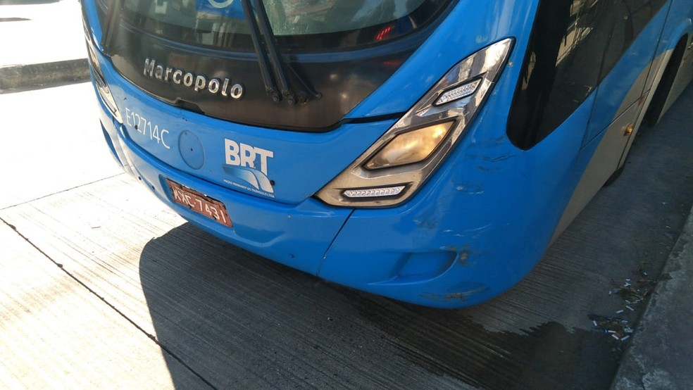 Marcas da batida no ônibus do BRT — Foto: Divulgação