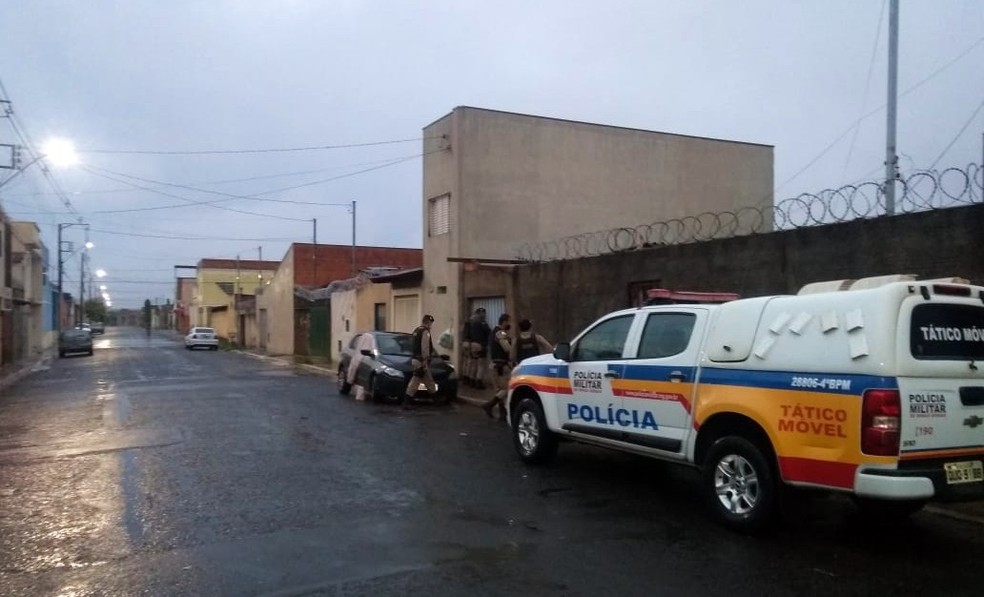 26 de fevereiro de 2021: policiais militares cumprem mandados na Operação 'Double Tap' em Uberaba  — Foto: Gaeco/Divulgação