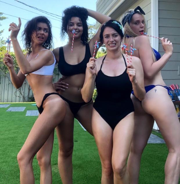 Sarah Hyland se diverte com amigas (Foto: Reprodução)