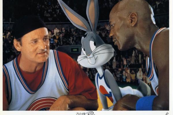 Bill Murray e Michael Jordan em cena de 'Space Jam: O Jogo do Século (1996)' (Foto: Divulgação)
