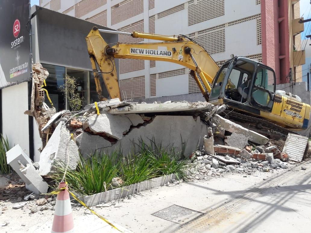Máquina derruba muro e provoca  vazamento de gás na Ponta Verde, em Maceió - Noticias