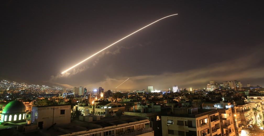 Céu de Damasco se ilumina durante ofensiva dos Estados Unidos na Síria no início do dia 14 de abril (Foto: AP Photo/Hassan Ammar)