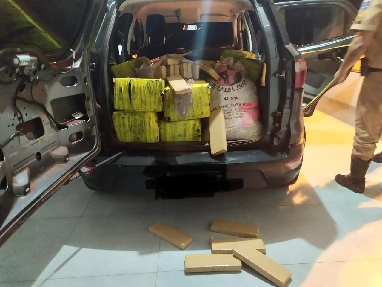 Carro roubado é apreendido com meia tonelada de drogas na PR-323, em Perobal