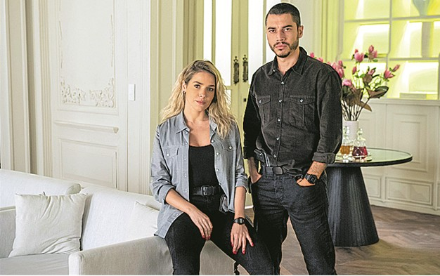 Monique Alfradique e Lee Taylor em 'A dona do pedaço' (Foto: TV Globo)