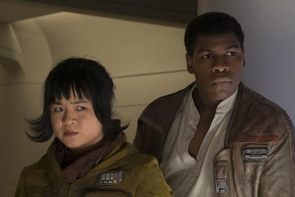 Kelly Marie Tran e John Boyega em cena de Star Wars: Episódio VIII - Os Últimos Jedi (2017) (Foto: Reprodução)