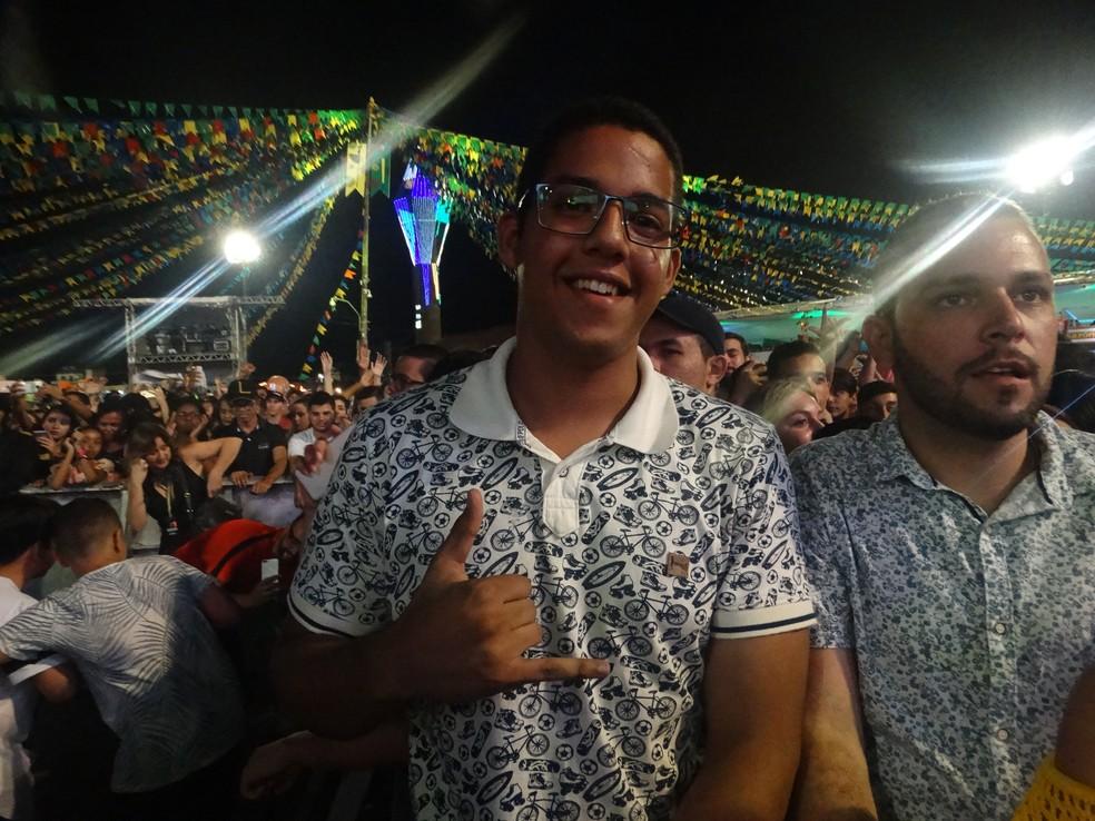 O estudante Cássio Felipe garantiu um lugar ao lado do palco (Foto: Mavian Barbosa/G1)