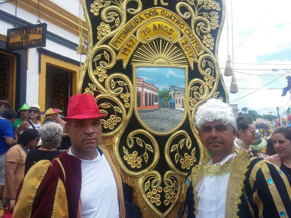 Porta-estandarte da Pitombeira, Luna Silva (esquerda) nem lembra há quantos anos carrega o símbolo do bloco (Foto: Pedro Alves/G1)