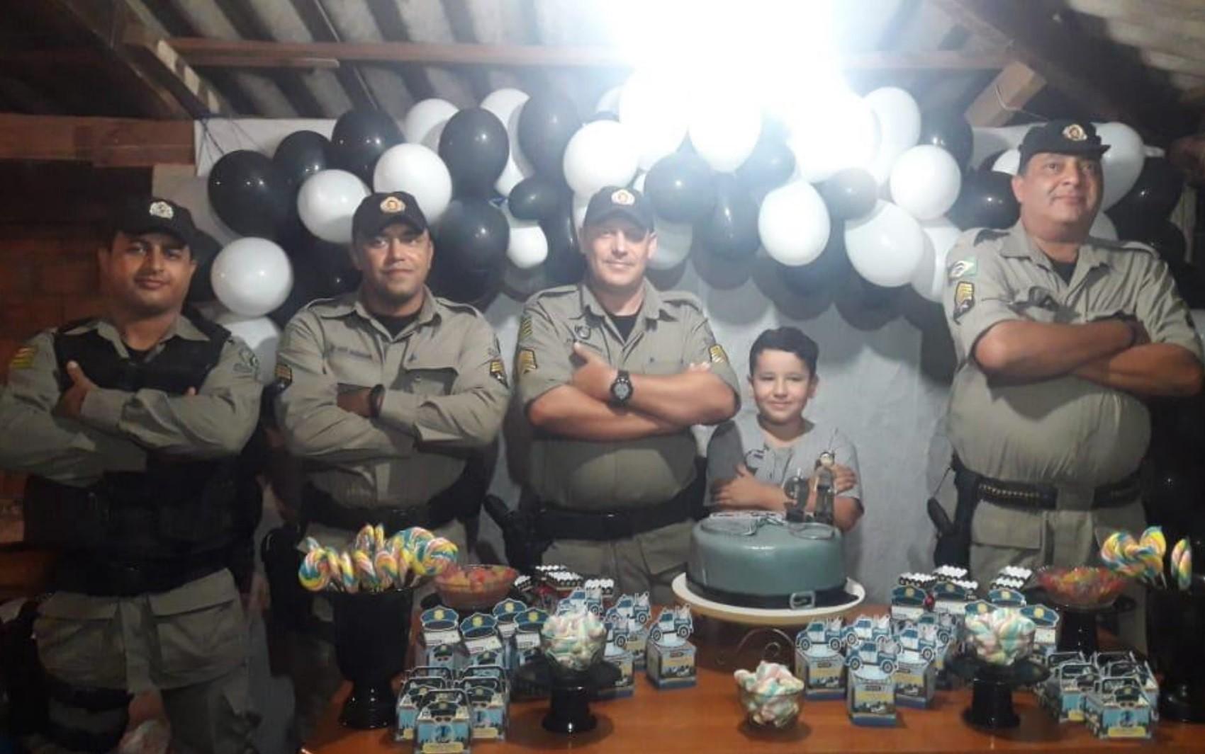 Mãe realiza sonho do filho ao convidar PMs para festa de aniversário, em Orizona