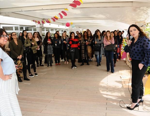 A diretora de núcleo Daniela Tófoli e a diretora de mercado anunciante Virginia Any apresentaram o conceito do Festival Crescer aos convidados (Foto: Raquel Espírito Santo)