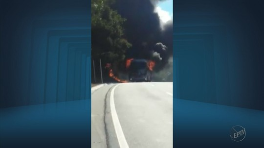 Ônibus pega fogo na BR-459, entre Pouso Alegre e Congonhal, MG