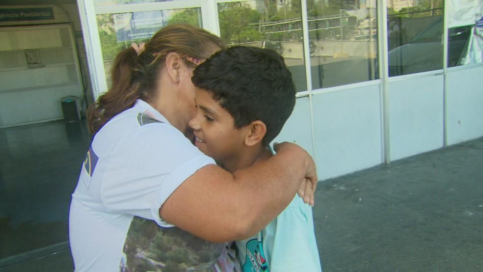 Criança que teve o coração atravessado por espeto recebe carinho da mãe após ter alta de hospital no Recife (Foto: Reprodução/TV Globo)