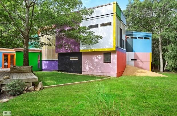 A fachada da casa já revela o design inusitado e os artistas criadores acreditam que o uso das cores pode ajudar a prolongar a vida dos moradores (Foto: Brown Harris Stevens/ Reprodução)