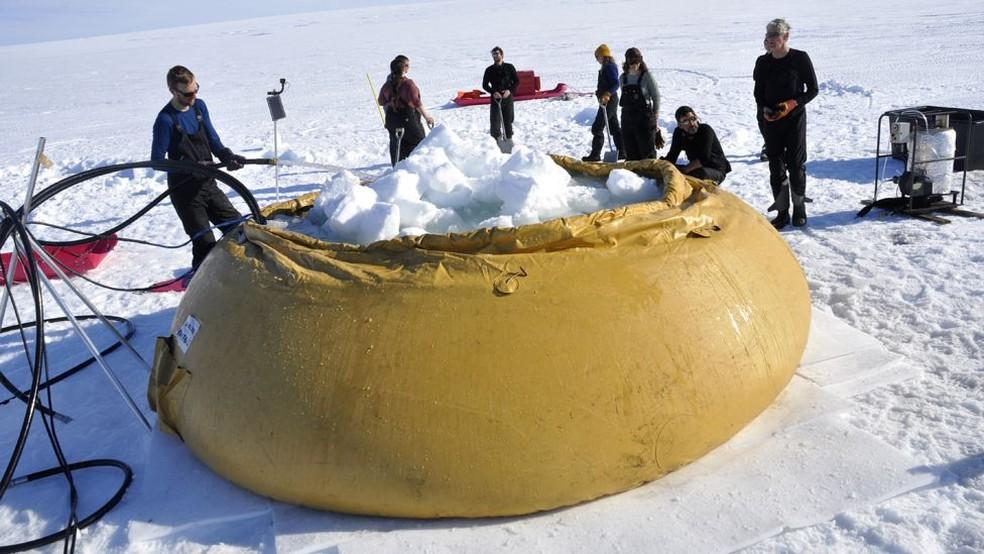 Pesquisadores na geleira Thwaites, na Antártica — Foto: BBC