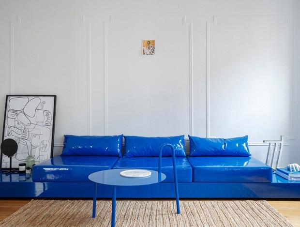 Décor do dia: living com sofá azul e almofadas de vinil (Foto: Divulgação)