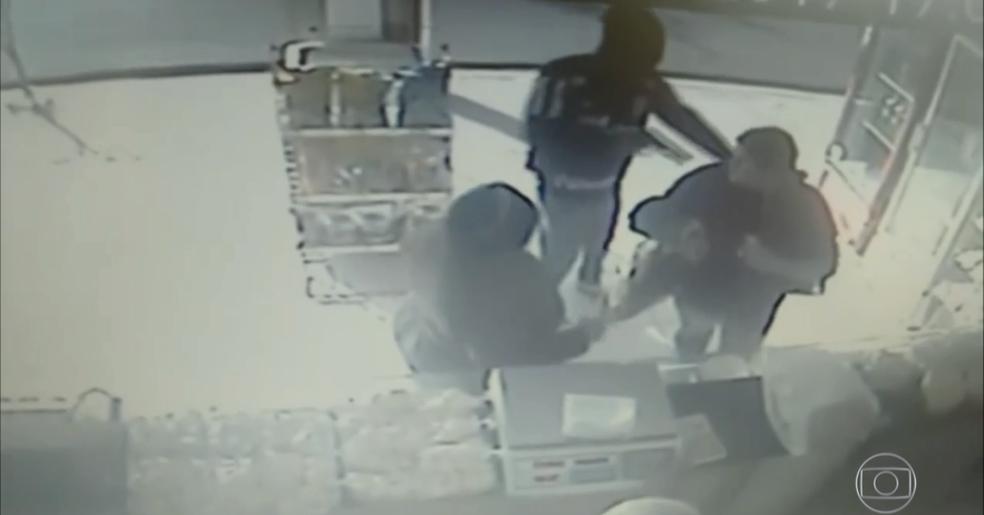 Casos de reação à assaltos são registrados pelas câmeras de segurança (Foto: Reprodução/Jornal Hoje)