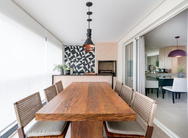 VARANDA   O ambiente voltado para o lazer da família conta com balcão de tijolinhos e parede de azulejos geométricos (Foto: Julia Herman/ Divulgação)