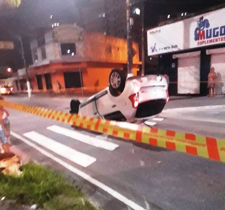 Motorista bate em poste e capota carro em avenida de Praia Grande, SP - Notícias - Plantão Diário