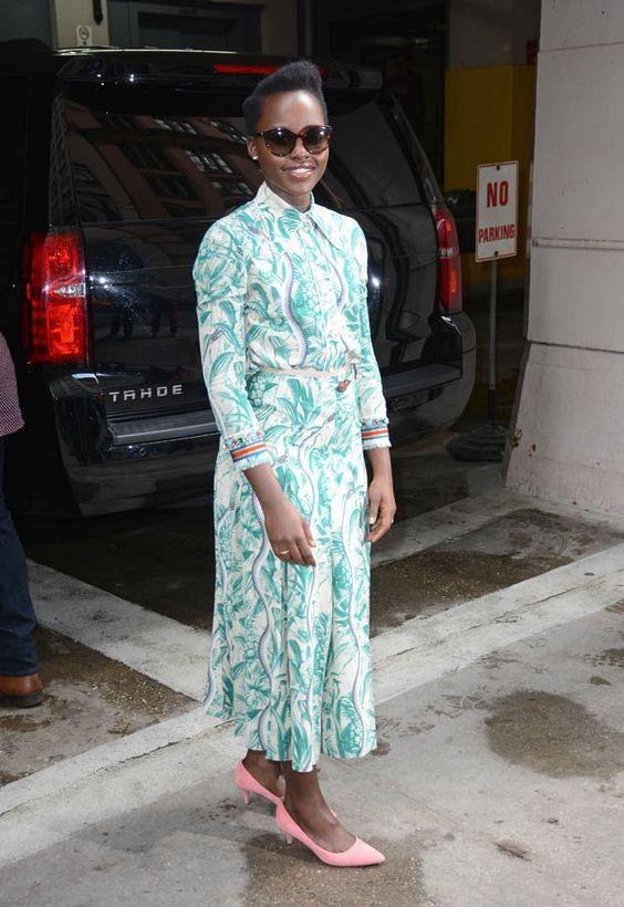 Lupita Nyong'o combinou o vestido estampado midi com sapatos de salto baixo (Foto: Reprodução/Instagram)