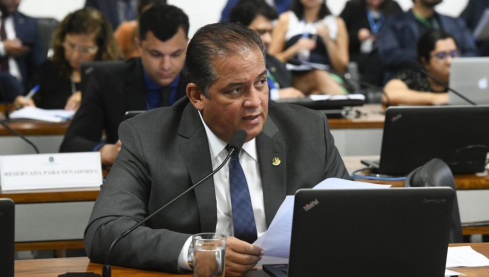 O senador Eduardo Gomes (MDB-TO) durante pronunciamento em comissão do Senado — Foto: Marcos Oliveira / Agência Senado