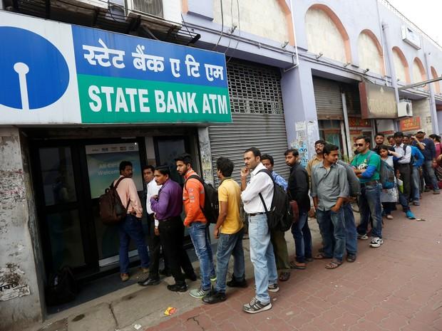 Bancos e caixas eletrônicos registram longas filas depois de o governo retirar de circulação cédulas de 500 rúpias. (Foto: Reuters)