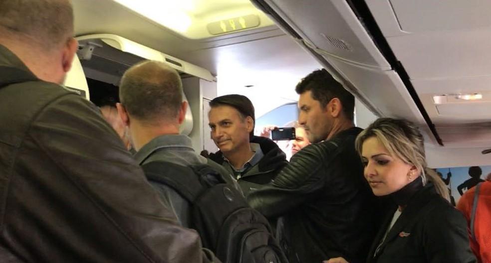 Bolsonaro embarca no avião rumo ao Rio de Janeiro — Foto: Graziela Azevedo/TV Globo