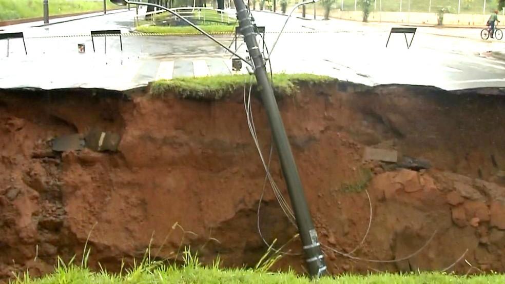 Após forte chuva em janeiro, buraco se abriu ao lado do Córrego do Jacu e uma pessoa morreu no local (Foto: Reprodução / TV TEM)