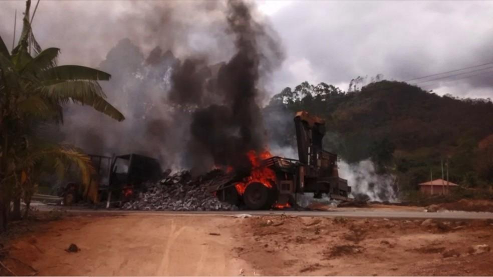 Caminhões batem e pegam fogo em rodovia de Afonso Cláudio — Foto: Reprodução/ TV Gazeta