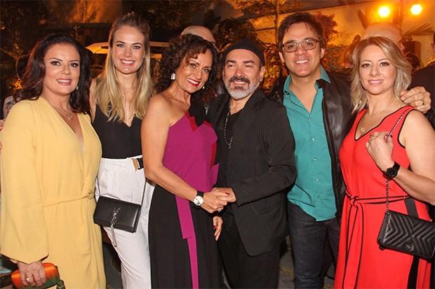 Andreia Bessa, Thays Pacholek, Faa Morena, Tony Siqueira, Santiago e Adriane Bramante (Foto: Divulgação)