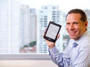 Vice-presidente da Amazon no Brasil, Alexandre Szapiro, segura um Kindle Paperwhite, aparelho que a empresa começa a vender e, assim, inaugura sua operação comercial de produtos físicos no país. (Foto: Divulgação/Amazon)