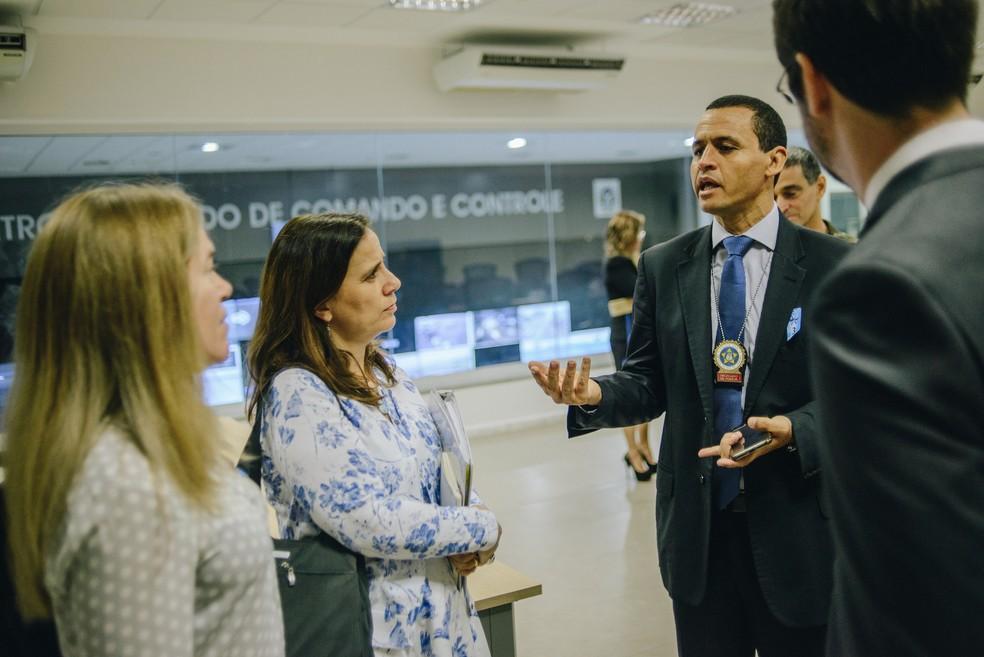 Integrantes da Comissão Interamericana de Direitos Humanos no Centro Integrado de Comando e Controle, no Rio — Foto: Christian Braga / Farpa / CIDH