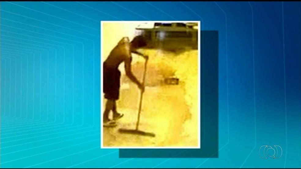 Detento limpa cela após preso ser espancado na Casa de Prisão Provisória de Araguaína (Foto: Reprodução/TV Anhanguera)