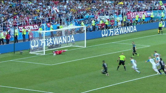Não é de hoje: goleiro da Islândia estudou Messi e já parou Cristiano Ronaldo