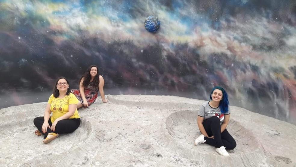 As organizadoras do projeto Meninas Super Cientistas, Anne Bronzi à esquerda, Juliane Baiochi ao fundo e Marcela Medicina à direita — Foto: Eder Ricardo Canalle