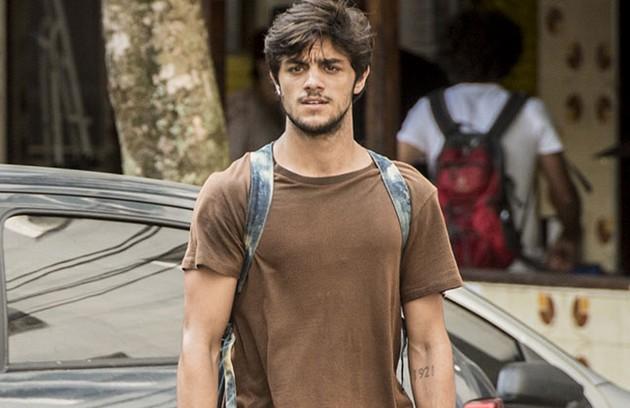 Na sexta-feira (28), Jonatas (Felipe Simas) salva Eliza (Marina Ruy Barbosa) de ser atropelada por uma motocicleta. (Foto: TV Globo)