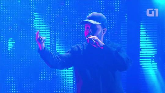 The Weeknd faz pop no auge em show com boa banda atrás e Selena do lado