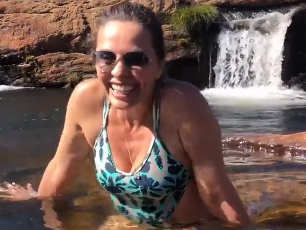 Carla Vilhena se diverte em cachoeira gelada em Minas Gerais (Foto: Reprodução/Instagram)